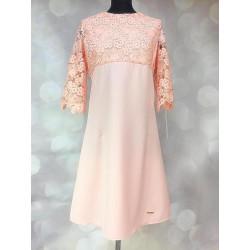 Elegancka brzoskwiniowa sukienka Adell z koronką
